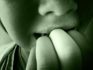 Moderse las uñas