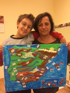 Para trabajar los ríos y las montañas compraron una maqueta y lo trabajaron con plastilina.
