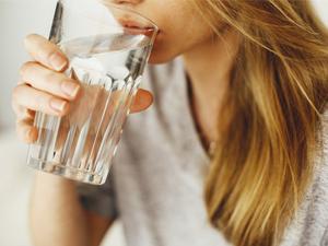¿Qué hace el agua en nuestro organismo?